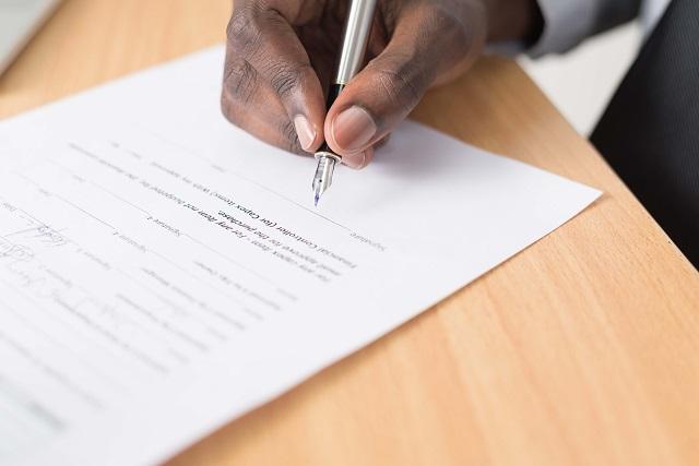 Unterschreiben am Ende vom Arbeitszeugnis